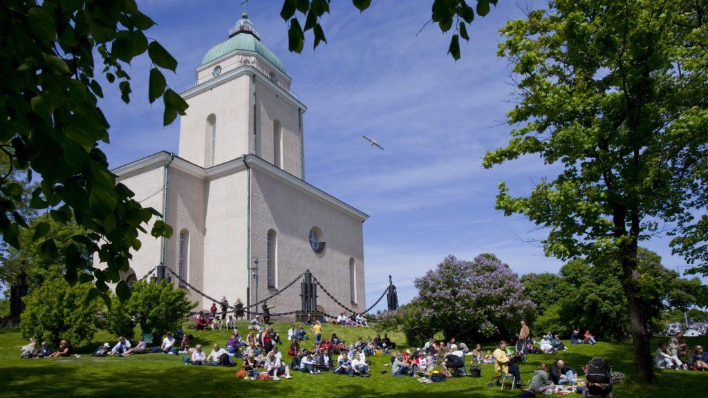 Picnic at Suomenlinna Church | photo © MEK Finnish Tourism Board
